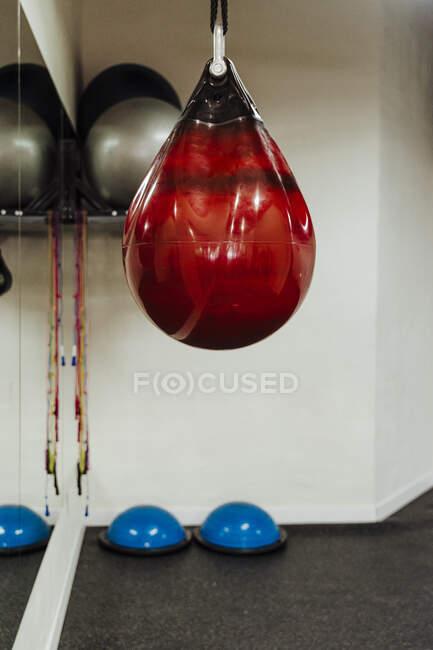 Sacco da boxe rosso al centro benessere — Foto stock