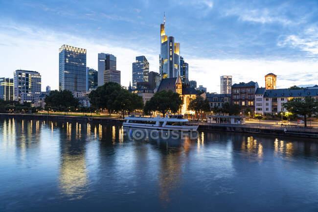 Німеччина, Гессен, Франкфурт, Банк річки Майн і Майнхаттан на сутінках — стокове фото