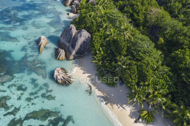 Drone vista di Anse Fonte DArgent spiaggia in estate — Foto stock