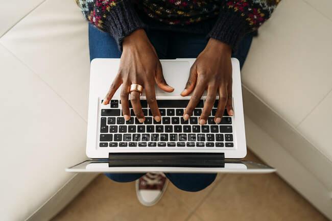 Joven mujer de negocios trabajando en el ordenador portátil en casa - foto de stock
