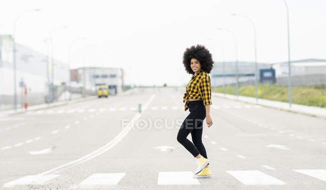 Африканка йде по дорозі в місто. — стокове фото