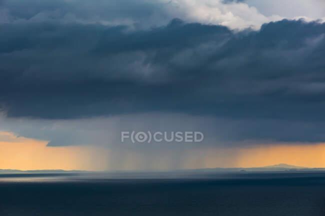 Nuvole grigie di pioggia sull'Oceano Pacifico al tramonto — Foto stock