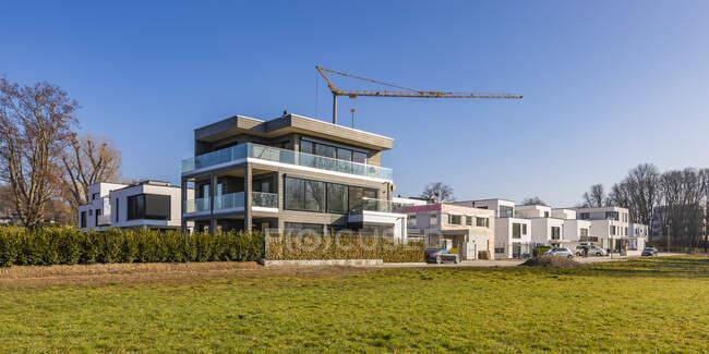Germania, Baden-Wurttemberg, Ludwigsburg, Panorama di cielo limpido su una nuova area di sviluppo moderno con gru industriale sullo sfondo — Foto stock