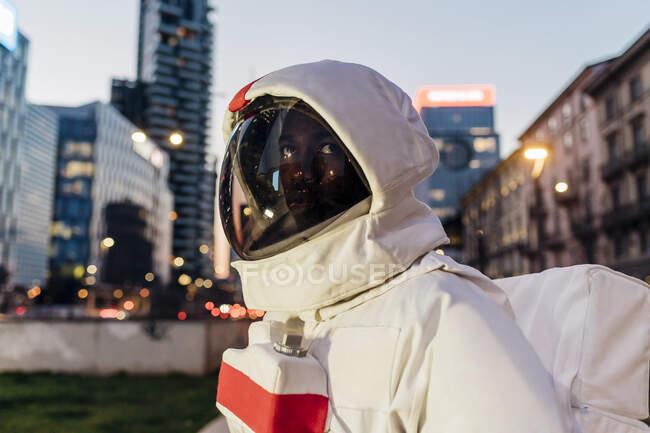 Мужчина-астронавт, отворачивающийся в сумерках — стоковое фото