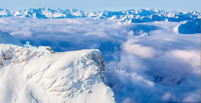 Autocaravana aparcada en el borde del pico Zugspitze con niebla valle envuelto en el fondo - foto de stock
