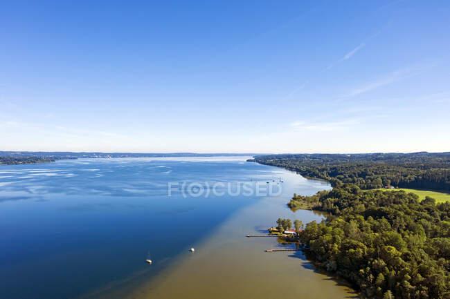 Vista sul lago Starnberg vicino Sankt Heinrich, Baviera, Germania — Foto stock