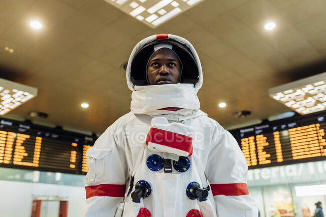Мужчина-астронавт в скафандре, стоящий на борту вылета — стоковое фото
