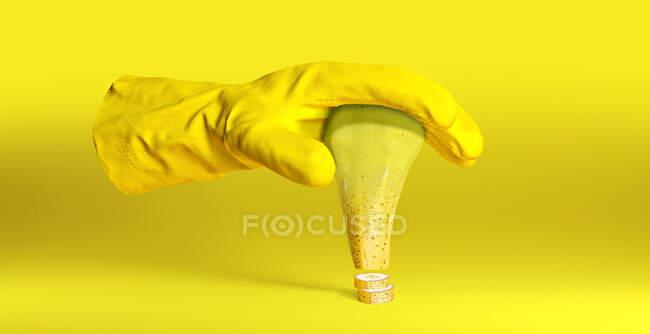 Захищена рукавичка, що тримає генетично модифіковану грушу в банані. — стокове фото