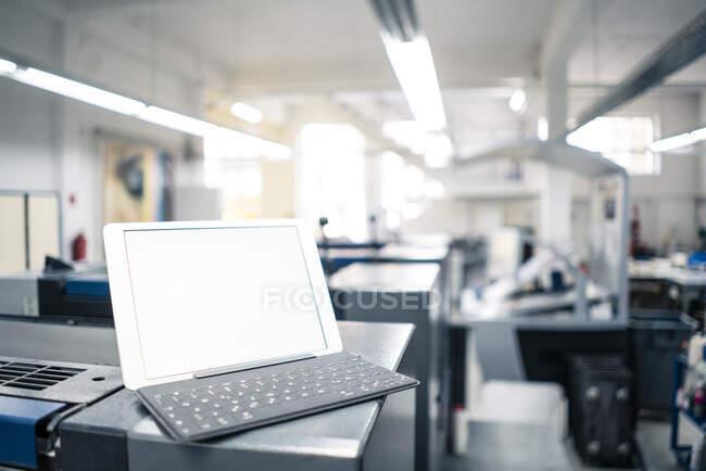 Tableta digital con teclado en el equipo de fábrica - foto de stock