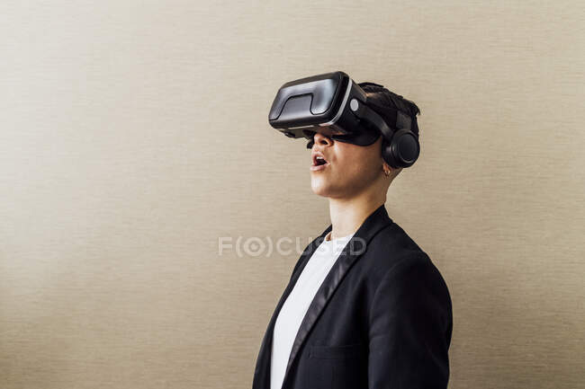 Бізнесмен стоїть з відкритим ротом, користуючись головою віртуальної реальності при владі — стокове фото