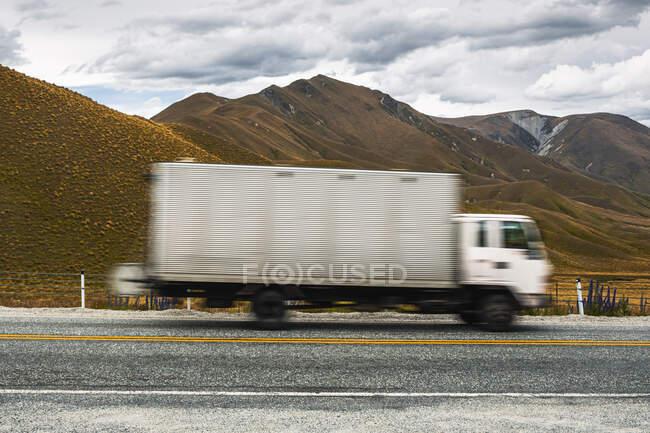 Размытое движение грузовика по шоссе 8 — стоковое фото
