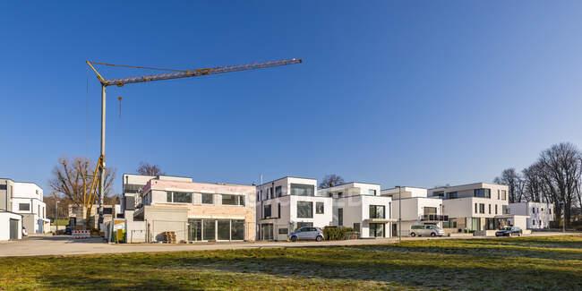 Німеччина, Баден-Вуртемберг, Людвігсбург, панорама ясного неба над новим сучасним районом розвитку з промисловим краном на задньому плані — стокове фото