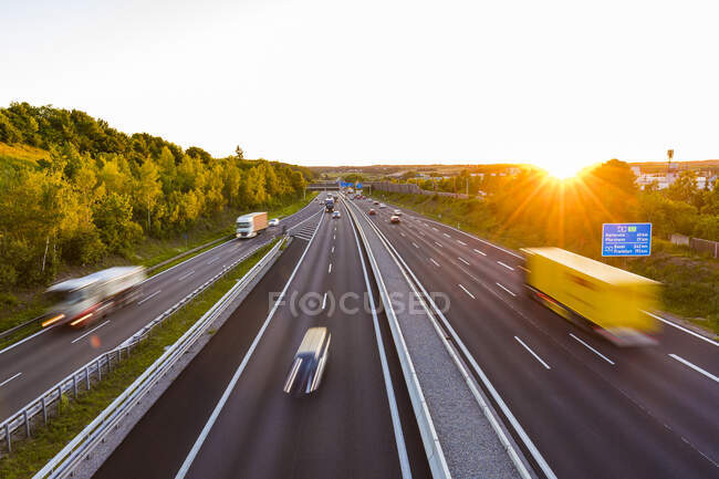 Вигляд на автостраду на заході сонця (Леонберг, Німеччина). — стокове фото