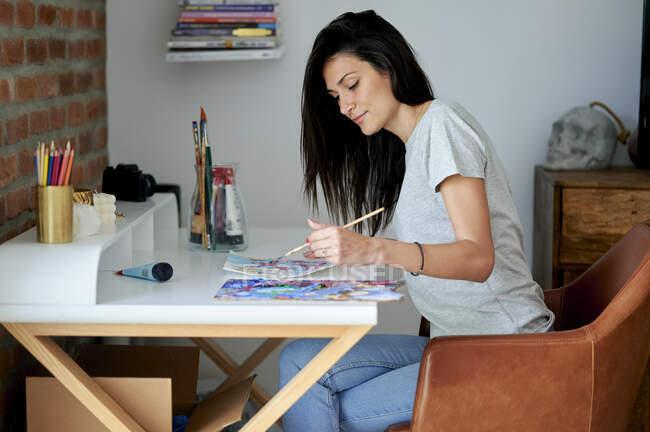 Mulher criativa pintura em casa — Fotografia de Stock