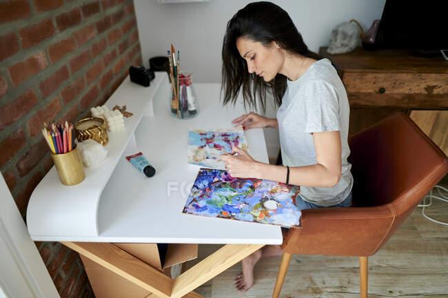 Média mulher adulta pintura em casa — Fotografia de Stock