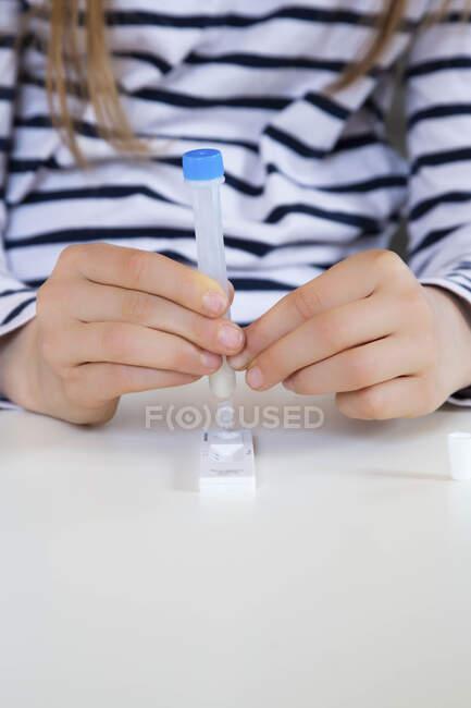 Chica prueba coronavirus en casa - foto de stock