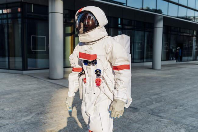 Мужчина-астронавт в скафандре — стоковое фото