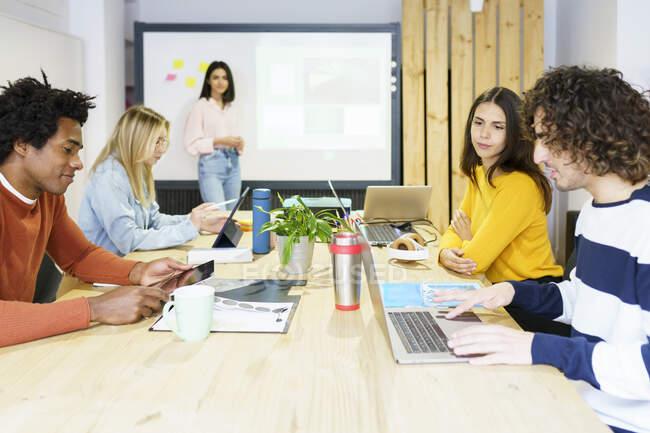 Профессионалы бизнеса используют технологии в офисных помещениях — стоковое фото