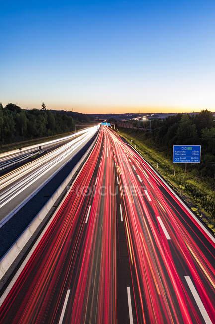 Легкі стежки на автостраді в сутінках (Леонберг, Німеччина). — стокове фото