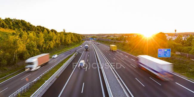 Вид на автомагистраль на закате, Леонберг, Германия — стоковое фото