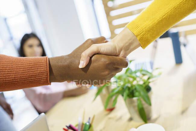 Багатоетнічні колеги, які вітаються на посаді — стокове фото