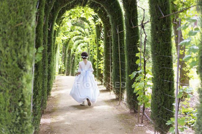 У день причастя дівчина йде в сад. — стокове фото
