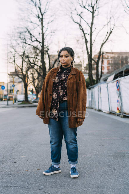 Mulher pensativa olhando para longe enquanto estava de pé na estrada — Fotografia de Stock