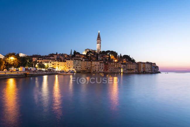 Хорватия, Истрия, Ровинь, Берег прибрежного города в летние сумерки — стоковое фото