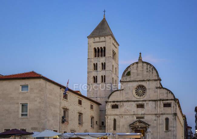 Хорватия, Задарская область, Задар, Церковь Св. Марии в сумерках — стоковое фото
