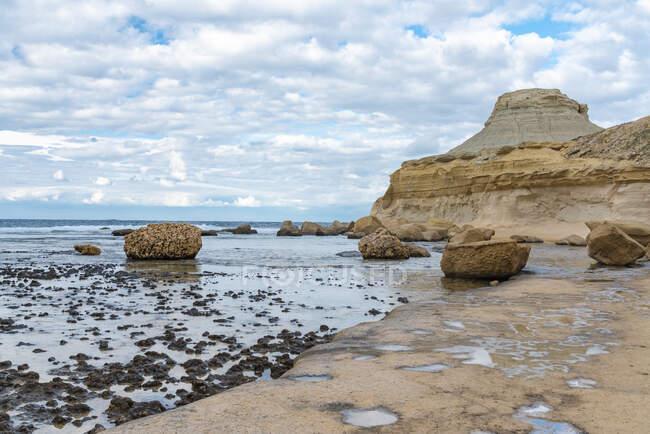 Costa rocosa bajo el cielo nublado en Gozo, Malta - foto de stock