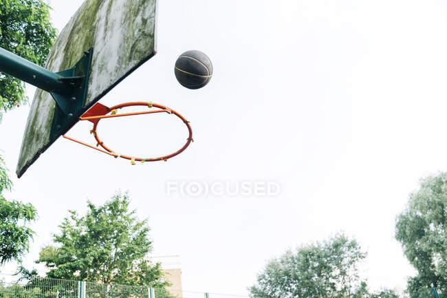 Баскетбол на корте — стоковое фото
