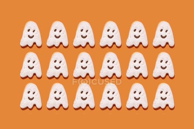 Captura de estudio de galletas de Halloween en forma de fantasma - foto de stock