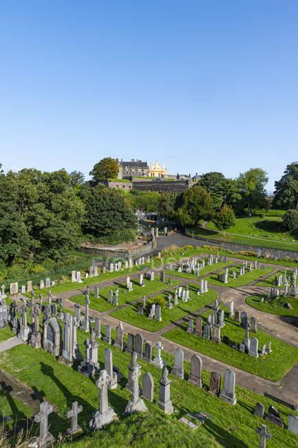Великобритания, Шотландия, Стирлинг, кладбище Старого города на фоне замка Стирлинг — стоковое фото