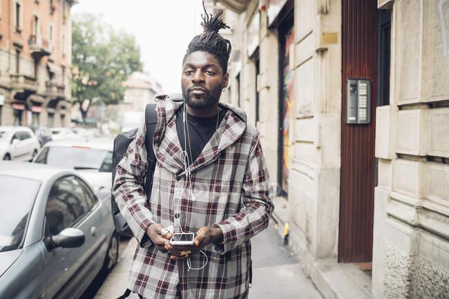 Jovem com telefone celular na cidade — Fotografia de Stock