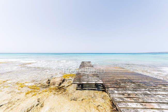 Деревянная пристань на острове Форментера в солнечный день — стоковое фото