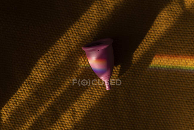 Менструальная чаша в радуге призмы — стоковое фото