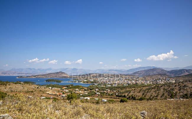 Албания, волость Вал, Кшамиль, деревня в Албанской Рибе и окружающий ландшафт летом — стоковое фото