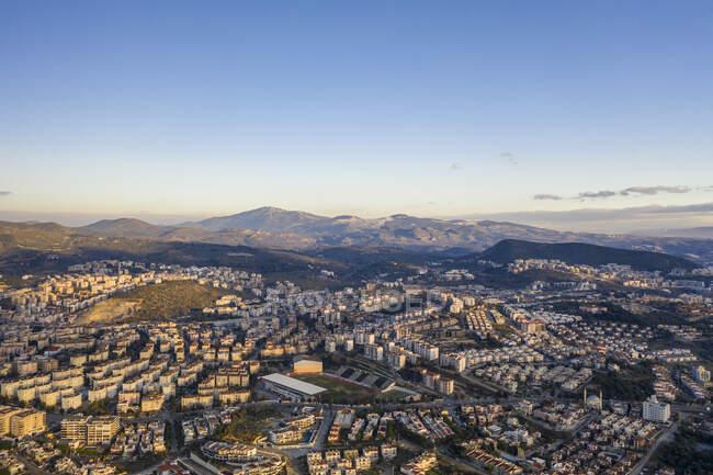 Турция, Айдын Провинция, Кушадасы, Вид с воздуха на ясное небо над городом в летние сумерки — стоковое фото