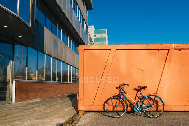Брошенный велосипед по тропинке в солнечный день — стоковое фото