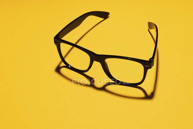 Estudio de gafas clásicas simples - foto de stock