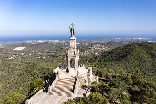 Испания, Балеарские острова, Вертолетный вид на памятник Иисусу Христу в Святилище Сан-Сальвадора — стоковое фото