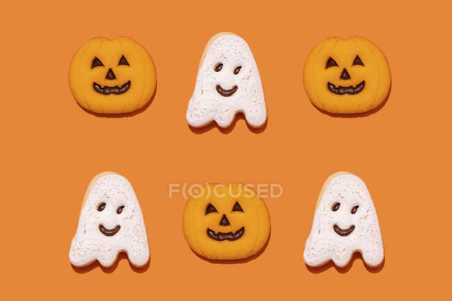 Estudio de tiro de fantasma y jack o linterna en forma de galletas de Halloween - foto de stock
