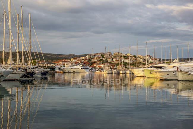 Сценический вид морских судов, пришвартованных в море в Рогознице, Далмация, Хорватия — стоковое фото