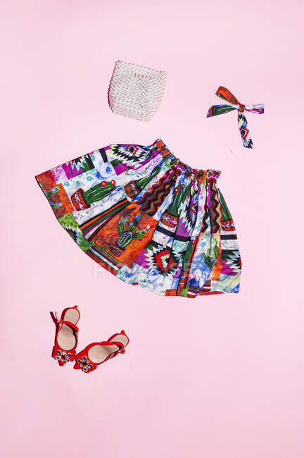Юбка и модные аксессуары на розовом фоне — стоковое фото