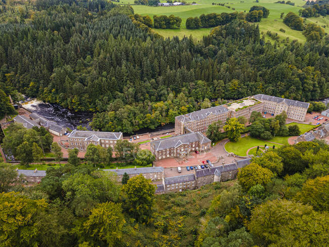 Великобритания, Шотландия, Нью-Ланарк, Вид с воздуха на историческую деревню на реке Клайд — стоковое фото