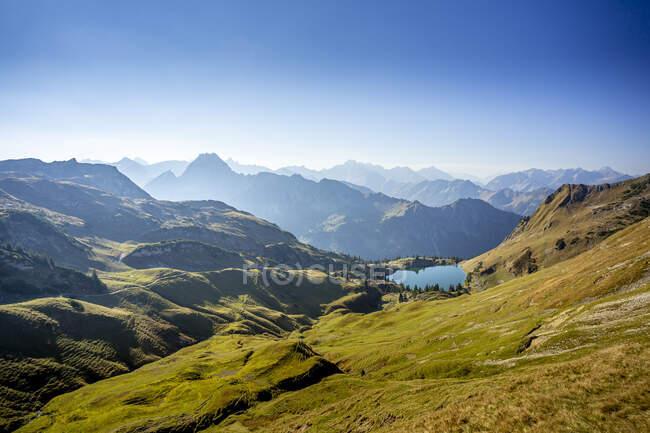 Сценический вид Альп Алгау с озером Зееальпзе на заднем плане — стоковое фото