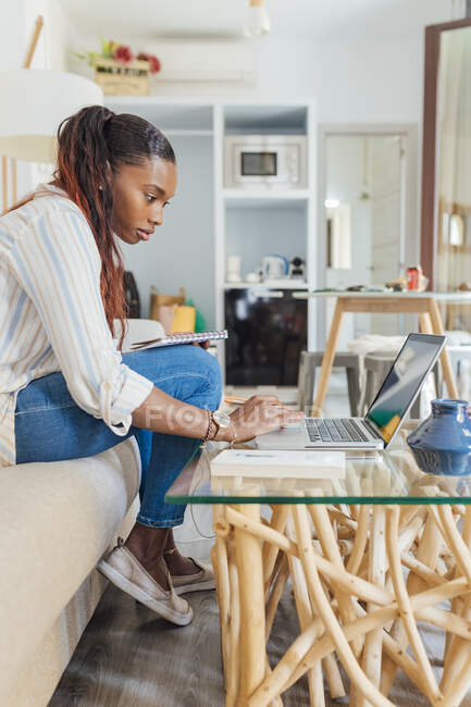 Женщина за кофейным столиком в гостиной — стоковое фото
