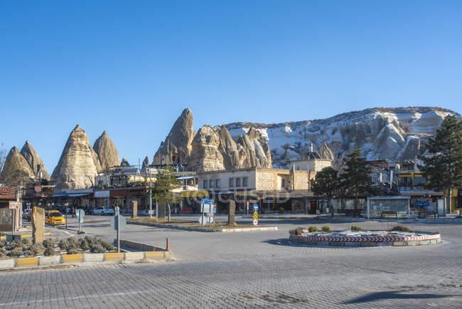 Турция, провинция Невшехир, Гореме, ясное небо над улицами города в Национальном парке Гореме — стоковое фото