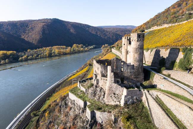 Замок на реке в Гессене, Германия — стоковое фото