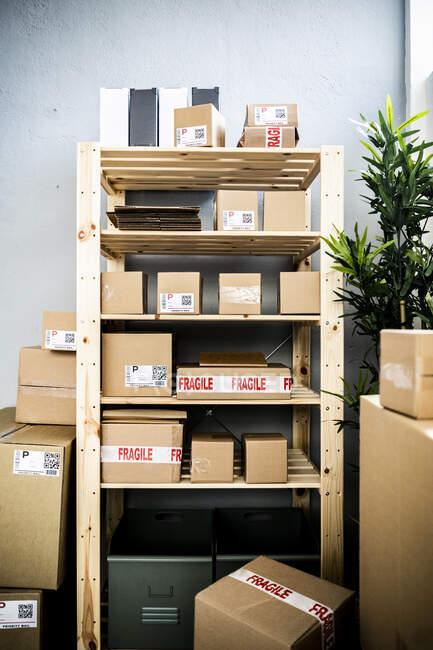 Пакеты на стойке на складе дистрибуции — стоковое фото